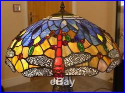 LARGE DRAGONFLY TIFFANY STYLE TABLE LAMP 41cm DIA WITH LIT STAINED GLASS BASE